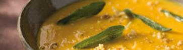 Тыквенный суп с хрустящими листьями шалфея и миндальной крошкой