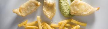 Рыба с картофелем фри и мятным гороховым пюре