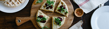 Вафельная пицца с чесноком и свеклой